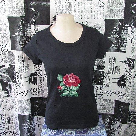 Camiseta  personalizada T-shirt Camisa customizada Preta modelo Baby Look com bordado em ponto cruz feito à mão - Rosa