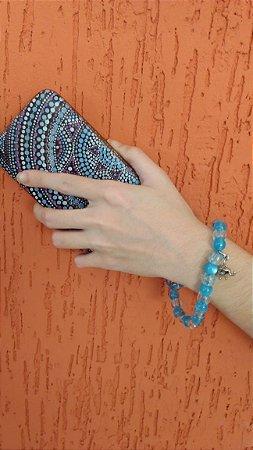Phone Strap - cordão para celular tipo pulseira com fio encerado azul e miçangas azuis.