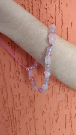 Phone Strap - cordão para celular, tipo pulseira, com miçangas rosa e cinza.