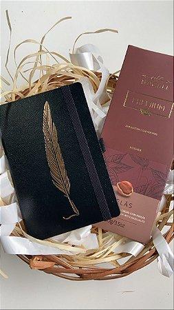Kit caderneta mini noir pena e tablete chocolate ao leite com avelas