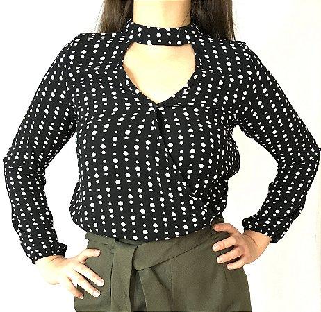 Blusa feminina transpassada com gola chocker preta e estampa de poá
