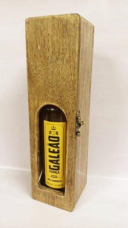 Caixa de madeira com visor e cachaça Galeão Mel
