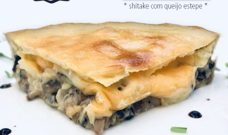 Torta de shimeji com queijo estepe , deliciosa  massa leve com bordas crocantes  480 g serve 5 fatias.