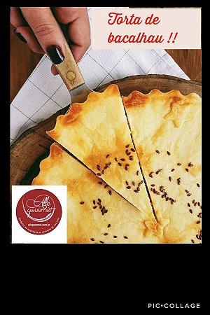 Torta de bacalhau , uma deliciosa massa crocante com um recheio generoso  de bacalhau , com azeitonas pretas,  Serve 10 a 12 fatias. Vem congelada , só aquecer no forno convencional.