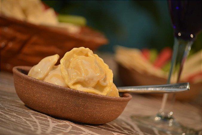 Ravioli de brie e pera , uma massa artesanal , delicada , uma combinaçao do queijo brie marcante com a suavidade da pera, perfeita com molho champagne, pacote de 500 g , serve até 3 pessoas.