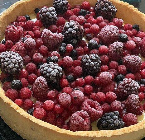 Torta com delicioso creme de  baunilha com berries ( massa feita com farinha de amendoas ) 730 g , vem congelada.Serve 8 fatias.