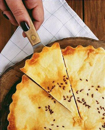 Torta de camarão ,leve , com recheio generoso .Serve 10 a 12 fatias .Vem congelada , só aquecer no forno convencional