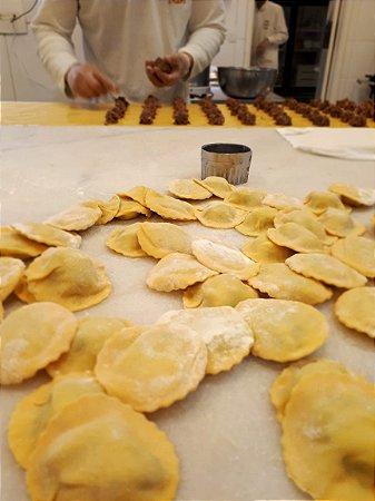 Ravioli  de ossobuco  500g,cozinhamos o ossobuco lentamente, em fogo baixo, o resultado é uma carne macia que dissolve na boca. Ahhh  e o recheio  :-),  feito  a mão, um a um, fazendo  nossa massa ser muito recheada e fina. Serve até 03 pessoas