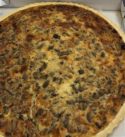 Quiche de cogumelo paris, uma deliciosa massa leve e crocante, com recheio generoso, vem congelada e só precisa esquentar no forno, serve 10 a 12 fatias