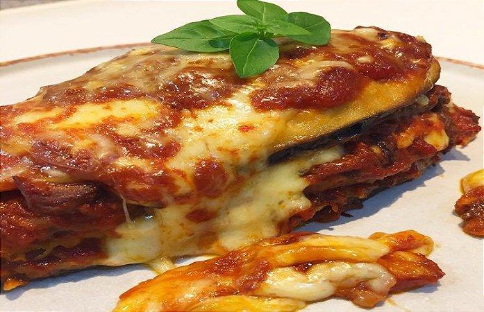 Filé de Berinjela à Parmegiana, delicioso filé de berinjela empanado envolto de muita mussarela e molho de tomates. Peso 1 kg