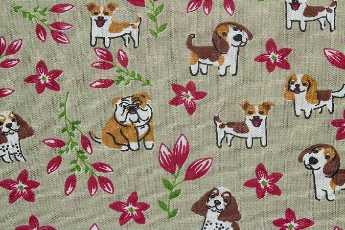 Tricoline Cachorros E Flores Fundo Bege Escuro ( 0,50 m x 1,40 m )