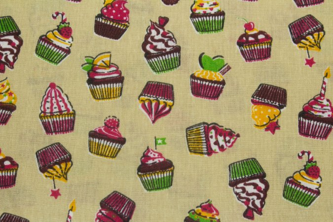 Tricoline Cupcakes Fundo Bege ( 0,50 m x 1,40 m )