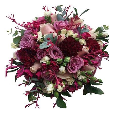 Buquê de Noiva com Mini Rosas Coloridas e Folhagem Selecionada.