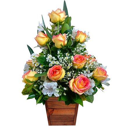 Arranjo com 12 Rosas Nacionais Champanhe, Mix de Astromélias e Mini Margaridas Brancas