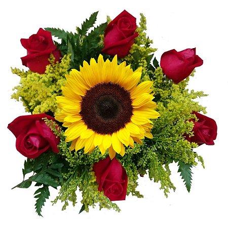 Buquê com 06 Rosas Nacionais Vermelhas e 01 Girassol.