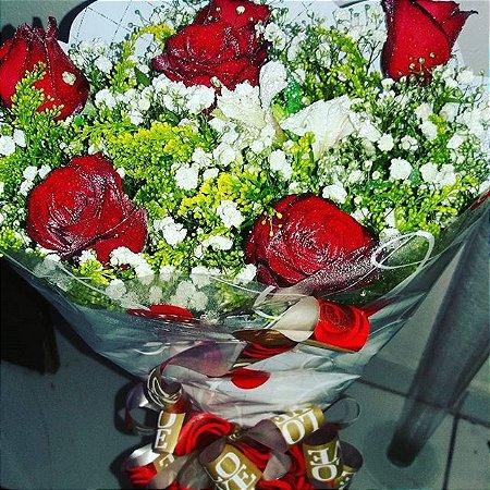 Buquê com meia duzia de rosas