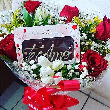 Buque com meia duzia de rosas e a barra chocolates Eu te Amo