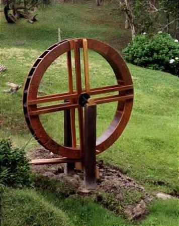 Roda d'água de madeira com diâmetro de 1,50 mts  Reforçada - Merco Comercial