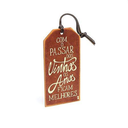 Plaquinha Tag Com o Passar Dos Vinhos