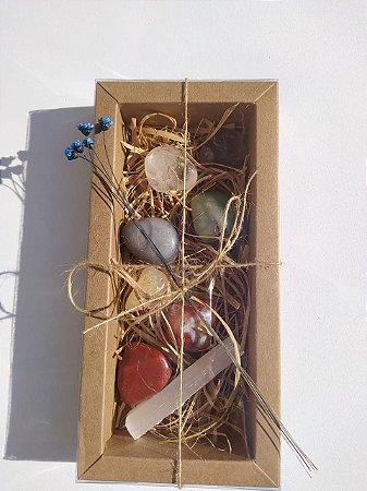 Caixa Presente Kit Pedras 7 Chakras com Bastão de Selenita