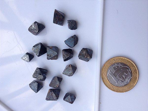 1af52e2cabe Cristais octaédricos de MAGNETITA (1 cm). Para alinhamento bioenergético e  equilíbrio dos meridianos