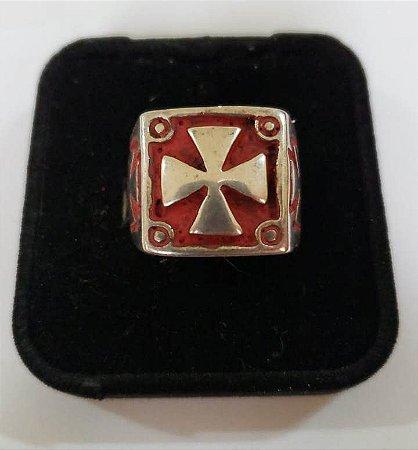 Anel Quadrado Cruz Templária Fundo Vermelho