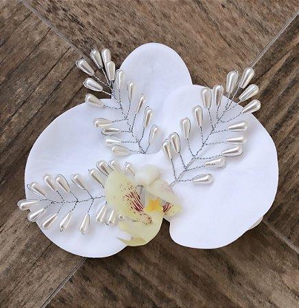Presilha de orquídea branca com pérolas