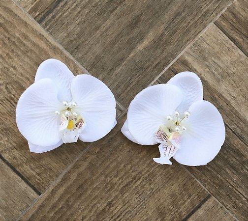 Kit 2 presilhas de orquídeas brancas com miolo de pérolas