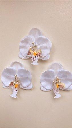 Presilha de orquídea P branca com miolo de pérolas