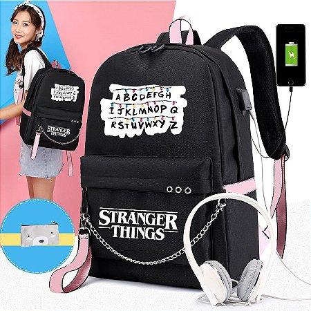 Mochila STRANGER THINGS Alfabeto - Com Saída USB para Carregador e Fone - Várias Cores