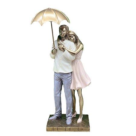 Escultura Casal com Guarda-chuva em resina