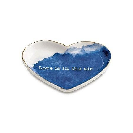 MINI PRATO EM CERAMICA EM FORMATO DE CORAÇAO - LOVE IS IN THE AIR