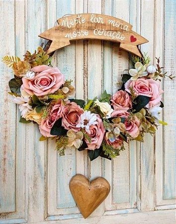 Guirlanda com flores mistas, coracao pendente e Placa Neste Lar mora o nosso coracao