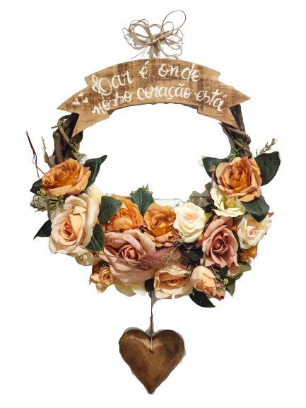 Guirlanda com flores mistas, coracao pendente e Placa lar e onde nosso coracao esta