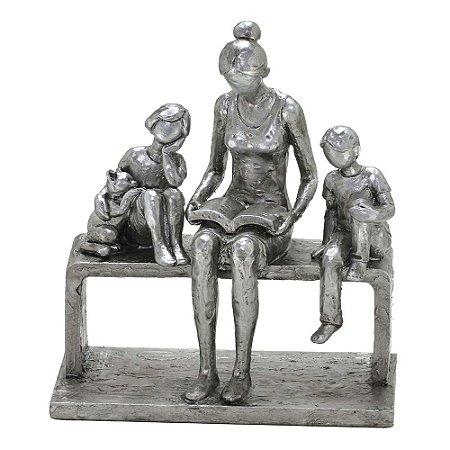 Escultura Familia Mae lendo para os filhos