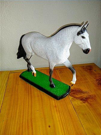 Escultura de cavalo tordilho