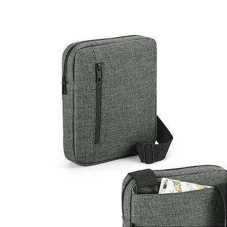 Pasta à tiracolo 600D de alta densidade - Compartimento forrado com divisória almofadada para tablet 97'' e diversos bolsos interiores - Parte posterior almofadada Com bolso frontal e bolso posterior Alça de ombro ajustável