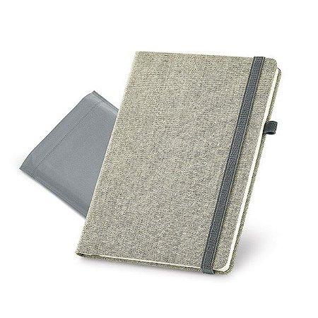 Caderno capa dura. Algodão canvas sintético. Com porta esferográfica e 96 folhas não pautadas cor marfim. Fornecido em embalagem de non-woven. 148 148 x 210 mm   Bolsa: 185 x 240 mm