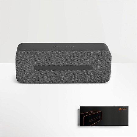 A THUNDER é uma coluna em tecido texturado e ABS de design elegante e acabamentos pormenorizados A coluna é um objeto que se enquadra na perfeição num ambiente elegante e sofisticado Fornecida em caixa presente