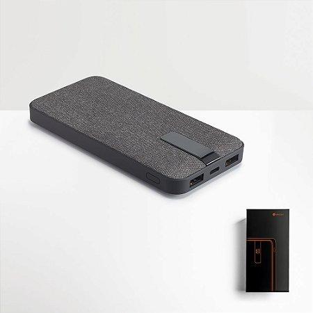 A TRENCHER é uma bateria portátil forrada a tecido numa estrutura em ABS com acabamento em borracha que se distingue pelo seu design moderno, elegante e simultaneamente, intimista Capacidade: 10 000 mAh Fornecida em caixa presente