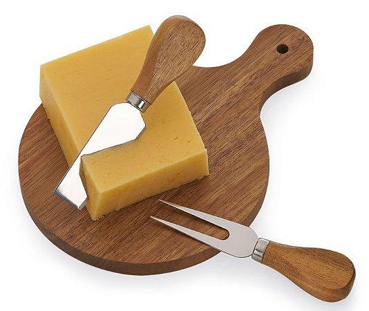 KQ262 -  Kit queijo com 03 peças: faca, garfo e tábua de madeira com alça. Embalagem presenteável de papel kraft.