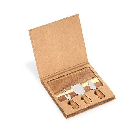 KQ270A - Kit queijo com 04 peças: faca, garfo, espatula e tábua de madeira retangular. Embalagem presenteável de papel.