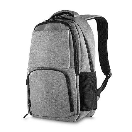 MC212 - Mochila p/ notebook tecido nylon, três bolsos na frente, dois bolsos laterais, porta notebook, porta cartões e canetas, toda forrada, alça de mão.