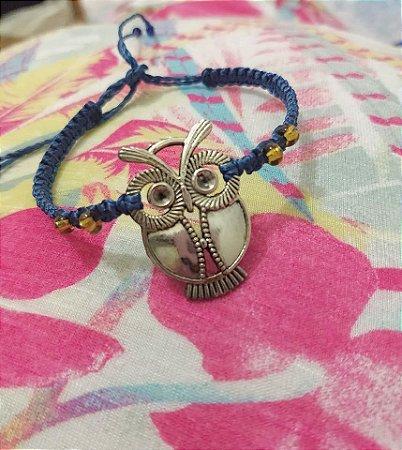 Pulseira azul com pingente de coruja em metal