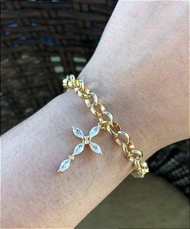 Pulseira folheada a ouro com pingente de cruz cravejado com zircônia