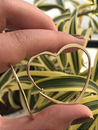 Brinco argola de coração folheado a ouro