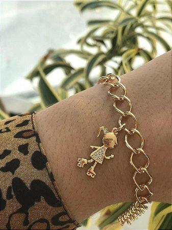 Pulseira folheada a ouro com pingente de menina cravejado com zircônia