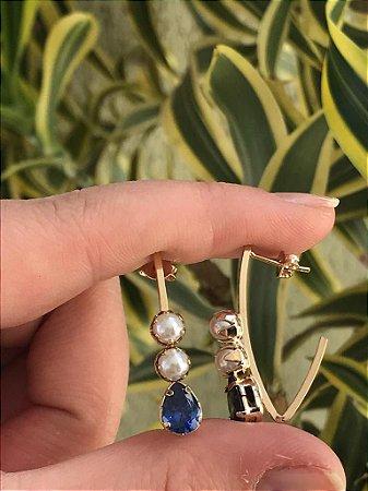 Brinco pequeno folheado a ouro cravejado com zircônia azul e pérola