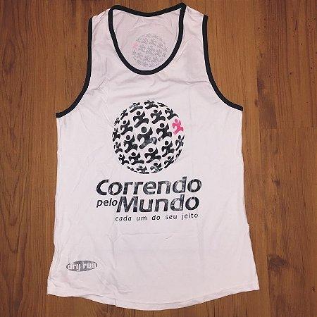 CAMISETA REGATA CORRENDO PELO MUNDO - LINHA DRY-RUN - 100% POLIAMIDA - FEMININA BABY LOOK - BRANCA C/ PRETO - TAM. P