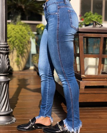 Calça Jeans Barra Assimétrica